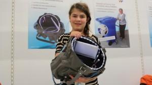 Die junge Eva Höfl mit ihrer Handtasche  (c) Nathanael Meyer/PolTec