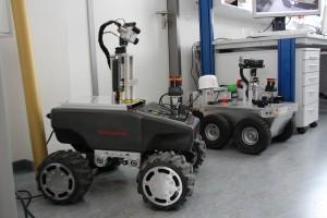 Simon und im Hintergrund Georg. Die beiden Roboter der TH Nürnberg. (c) PolTec Magazin