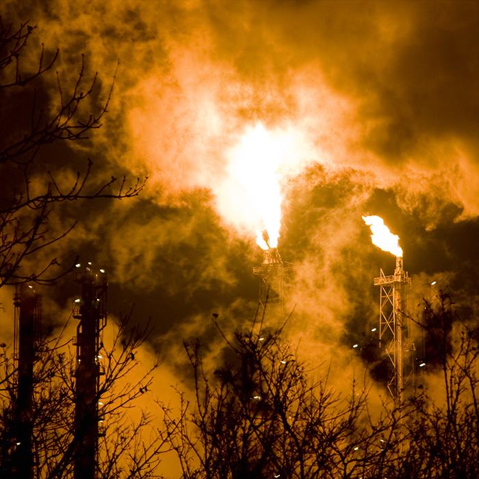 Raffinerie fackelt Produktüberschuss ab. Fotograf: Michael Richter