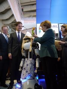 Frau Merkel beim stecken der Tulpe