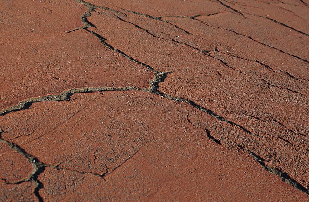 Ein Riss, entstanden durch eine Erschütterung. (Foto: lichtkunst.73 / pixelio.de)